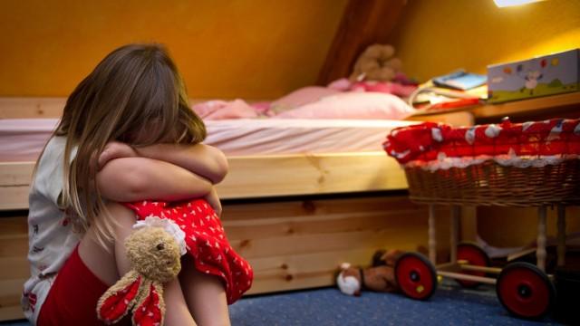 Jugendämter prüften 107 000 Gefährdungen des Kindeswohls