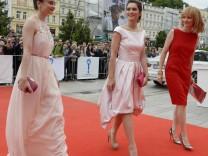 Filmfestival Karlovy Vary: Eva Josefikova, Judit Bartós und Anna Geislerova auf dem roten Teppich.