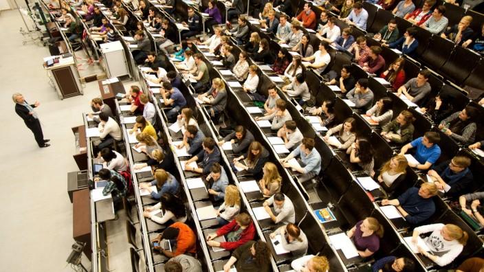 Studierende während einer Vorlesung an der Ludwig-Maximilians-Universität in München.