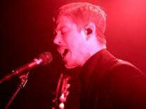 Surreale Musik, stylisch auf der Bühne: Sänger Paul Banks von Interpol.