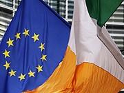 EU-Flagge neben irischer Flagge