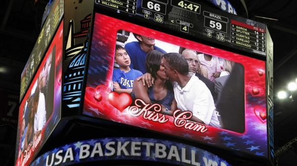 Barack und Michelle Obama küssen sich 2012