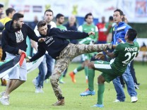Testspiel OSC Lille vs Maccabi Haifa türkische und palästinensische Fans stürmen das Spielfeld un