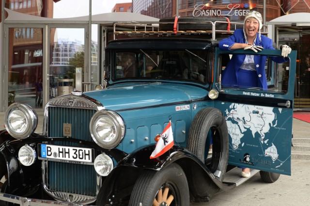 Heidi Hetzer startet Weltreise mit einem Oldtimer