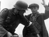 Deutsche Soldaten durchsuchen Partisanen, 1942