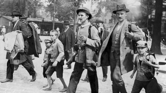 Eingezogene Reservisten mit Ausrüstung, 1914   Conscripted reservists with their equipment, 1914