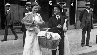 Berliner mit Proviant, 1914 | Berliners with a food basket, 1914