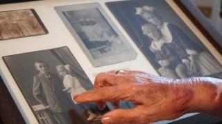 Elfriede Brüning zeigt auf ein Foto, das sie etwa 1914 zeigt: als kleines Mädchen.