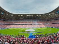 Fans des FC Bayern bei der Teampräsentation im Jahr 2014