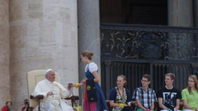 Anna Reischl aus Poing übergibt dem Papst ein Pilgertuch