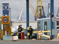 35 Menschen in Container entdeckt