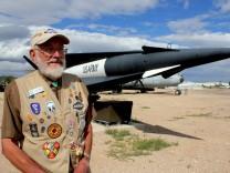 Die Atombombe im Vorgarten: Der Atombomben-Entwickler Duane Hughes posiert vor der Nuklear-Rakete Nike Hercules