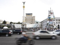 ITAR TASS KIEV UKRAINE AUGUST 11 2014 Cars on Khreshchatyk Street Khreshchatyk and all the adj
