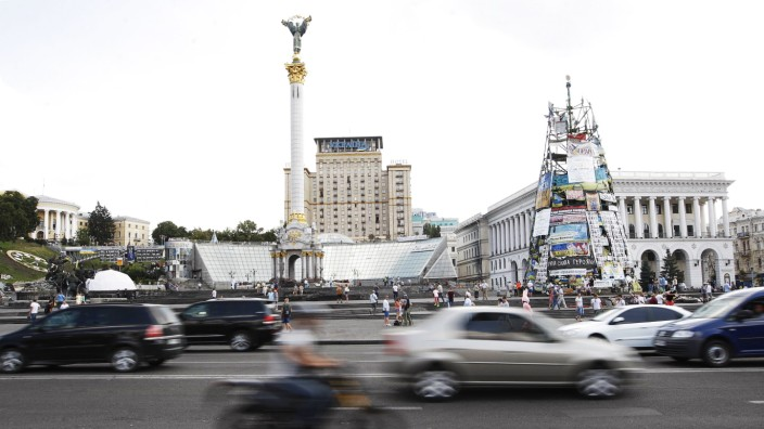 ITAR TASS KIEV UKRAINE AUGUST 11 2014 Cars on Khreshchatyk Street Khreshchatyk and all the adj