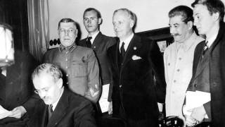 Molotow unterzeichnet den Hitler-Stalin-Pakt