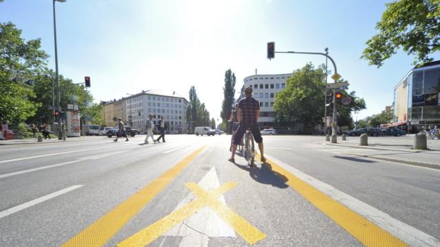 Straße mit Fahrradstreifen in München, 2012