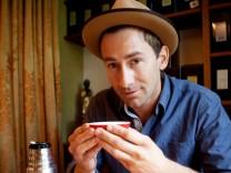 Markus Stoll, Darsteller der Figur Harry G im Tushita Teehaus, einem veganen Teehaus, mit einem Hojicha Tee. Bitte mit dem Autor Korbinian Eisenberger Rücksprache halten, ob die Location genannt werden darf, weil die Leute vom Teehaus nicht wollten, dass