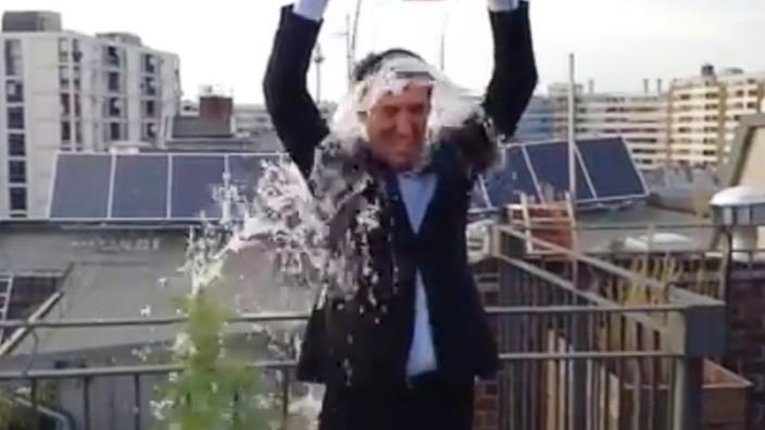 Cem  Özdemir bei Ice Bucket Challenge
