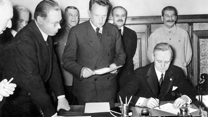 Reichsaußenminister Joachim von Ribbentrop bei der Unterzeichnung des Deutsch-Sowjetischen Freundschaftsvertrages, Moskau 1939