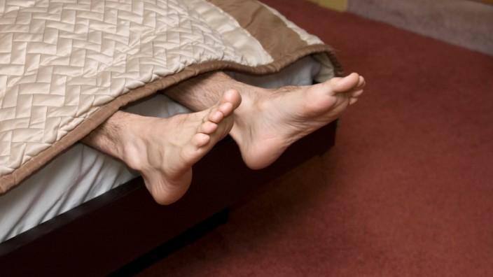 füße hängen aus zu kurzem bett