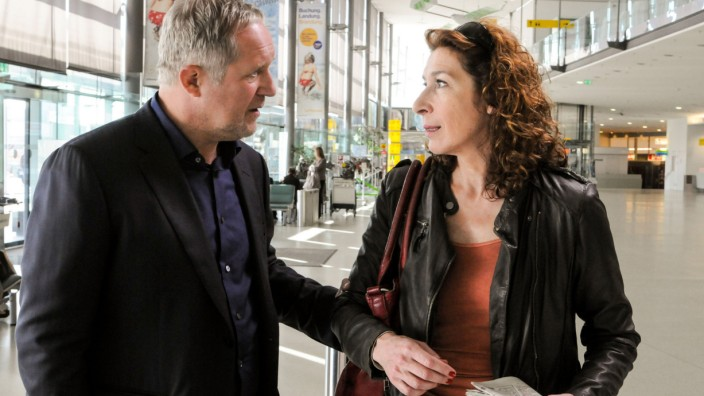 Eben haben Bibi (Adele Neuhauser) und Moritz (Harald Krassnitzer) die Nachricht vom Tod ihres Vaters erhalten.
