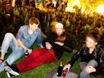 allparteiliches Konfliktmanagement in München (akim). Silencer, Streetworker gegen Lärm, nachts am Gärtnerplatz. Sie weisen das Feiervolk darauf hin, etwas leiser zu sein.
