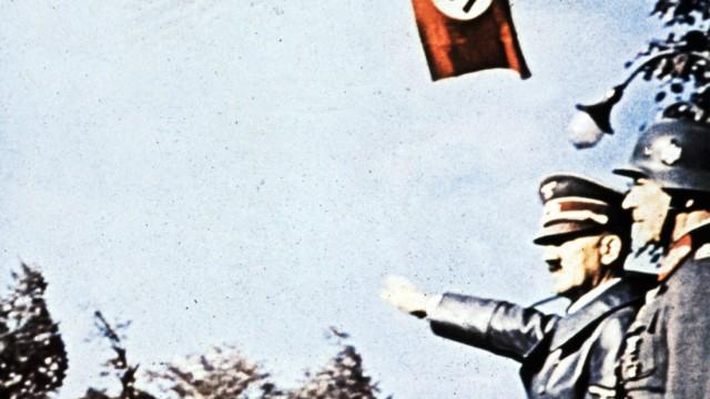 Hitler bei Siegesparade in Warschau, 1939
