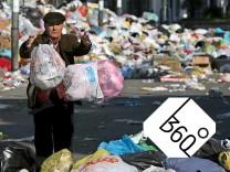 Müllkrise in Neapel - Mann entsorgt Abfallbeutel
