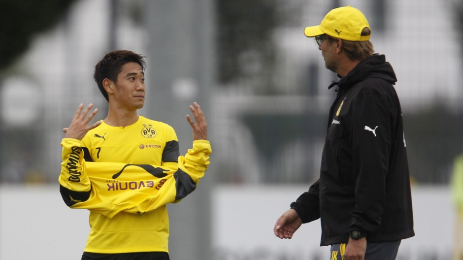 Borussia Dortmund's coach Klopp talks to Kagawa during their training session in Dortmund