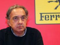 Fiat-Chef Sergio Marchionne vor dem Ferrari-Logo.