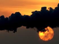 Industrieanlage im Sonnenuntergang