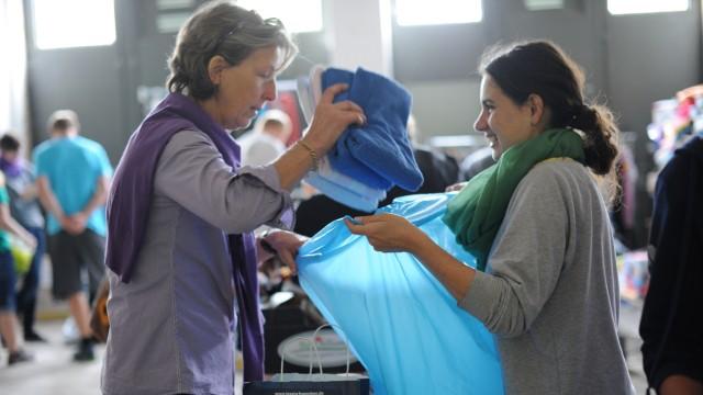 Große Hilfsbereitschaft: Viele Münchner spenden Kleider für die Flüchtlinge in der Bayernlaserne.