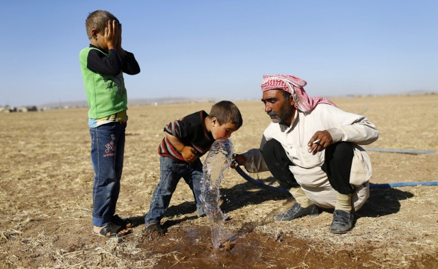 Syrian refugees flee conflict to Turkey