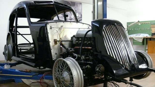 Der Aston Martin EML 132 Donald Duck bei der Restauration der Firma Hieber
