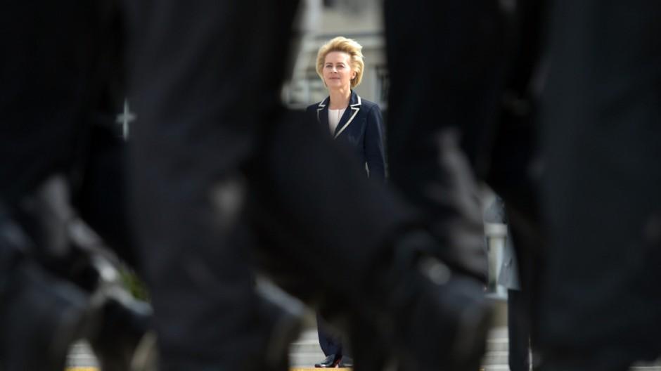 Ministerin von der Leyen empfängt rumänischen Amtskollegen Dusa