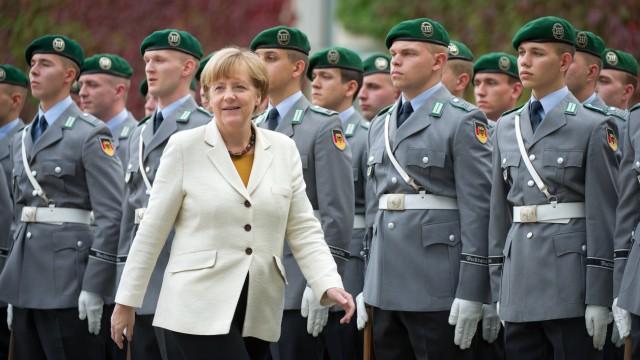 Merkel vor Ehrenformation des Bundeswehr