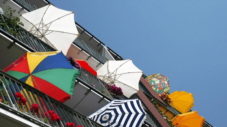Gut abgeschirmt: Schicker Sonnenschutz für Garten und Balkon