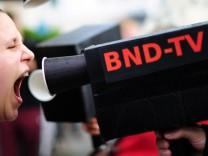 Demo gegen Überwachung vor dem BND-Neubau