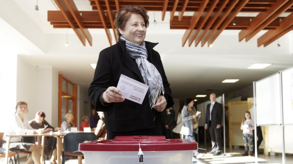 Lettlands Ministerpräsidentin Laimdota Straujuma gibt bei der Parlamentswahl in Lettland ihre Stimme ab.