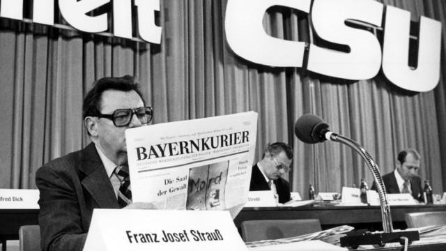 Franz Josef Strauß liest den Bayernkurier