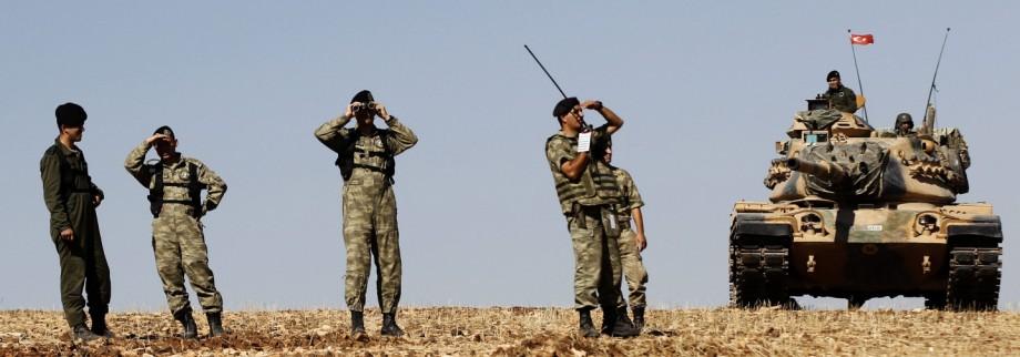 Turkish tanks on guard at Turkey-Syria border