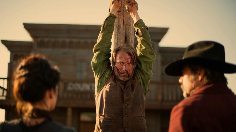 """Mads Mikkelsen als Jon in """"The Salvation"""". Im Vordergrund: Madelaine (Eva Green, links) und Bösewicht Delarue (Jeffrey Dean Morgan)."""