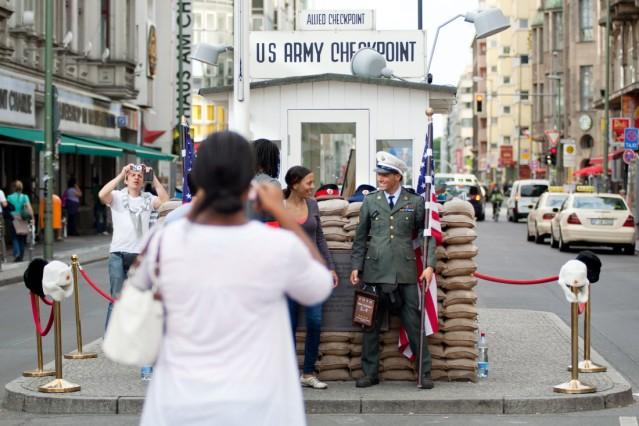 Checkpoint Charlie: Touristen, Curry-Wurst und Dauerstreit