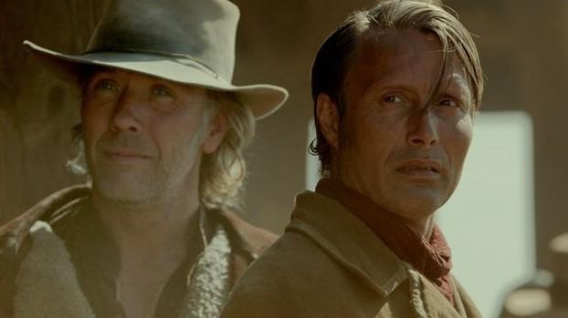 "Peter (Mikael Persbrandt, links) und Jon (Mads Mikkelsen) in ""The Salvation""."