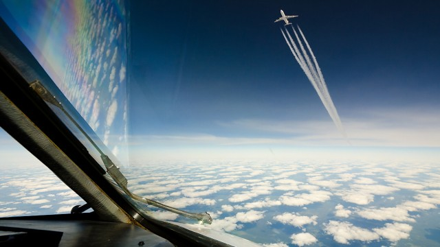 Blick aus den Cockpit auf ein anderes Flugzeug