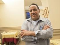 Franco, pizzaiolo egiziano nel suo locale Pizzeria La Stiva