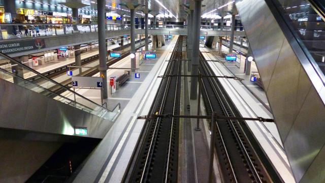 _141019 wpBerlin am Sonntagabend nach 19 00 h waren die Bahnsteige des Berliner Hauptbahnhofs fast