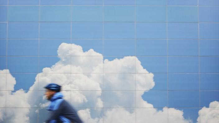 Radfahrer vor Wolkenhimmel