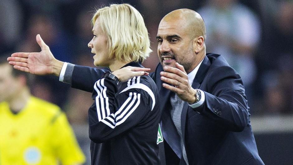 Mönchengladbach 26 10 2014 Borussia Park Trainer Josep Pep Guardiola FCB legt seine Hand um die