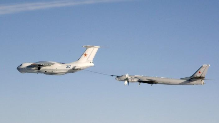 Eine russische Tupolev Tu-95 wird in der Luft betankt